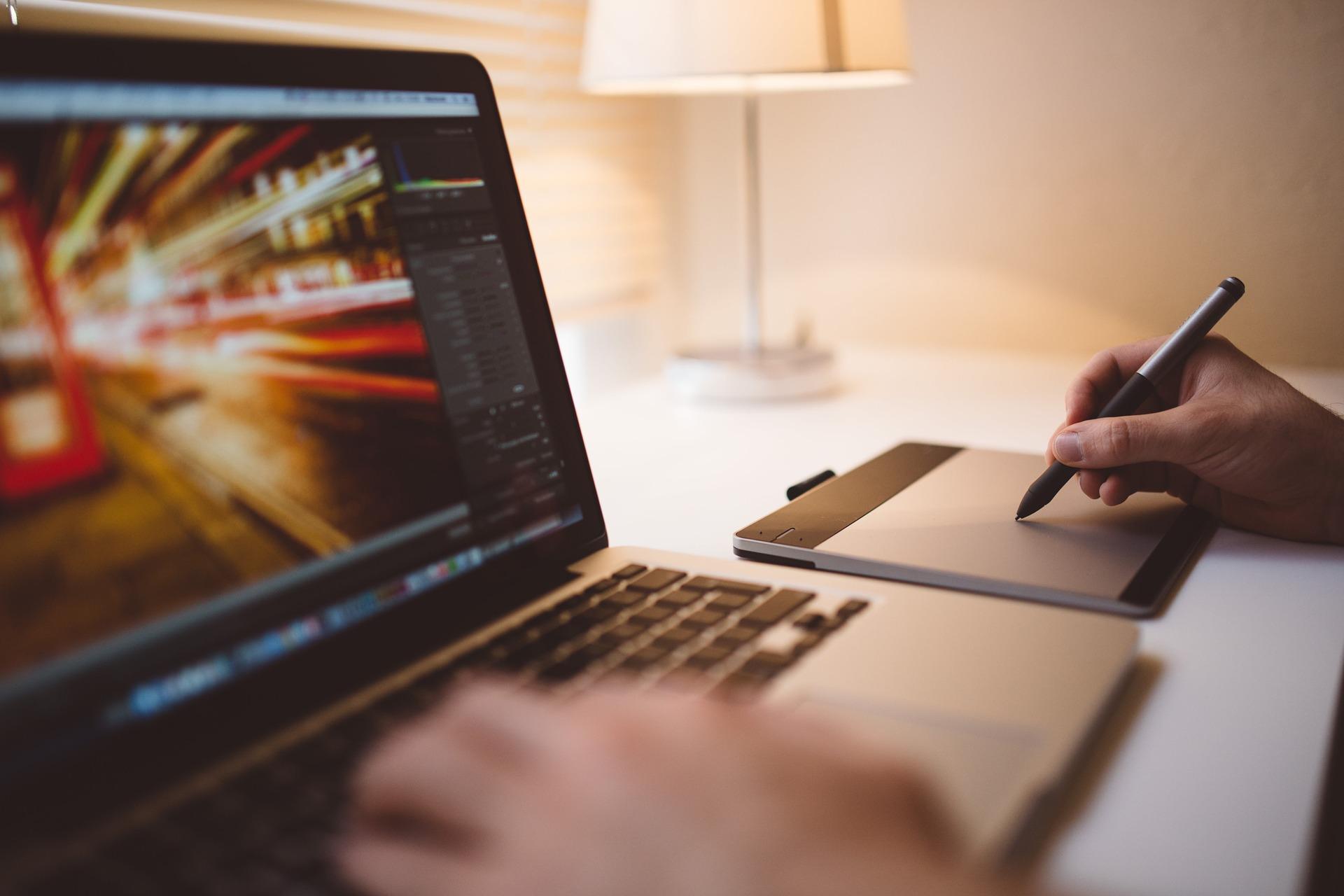 Externe digitale Lernangebote in die betriebliche Weiterbildung einbinden